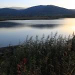 Zapożyczony z jesieni widok ze Stawów Sobieszowskich w kierunku Karknoszy. Na pierwszym planie góra Chojnik i Żar.