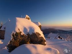 Szczyt Wysokiego Kamienia o wschodzie słońca.jpg