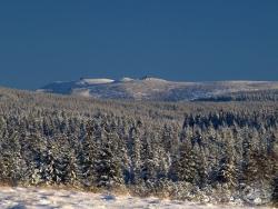 Widok z Izerskiej Hali na Karkonosze ze Śnieżnymi Kotłami.jpg